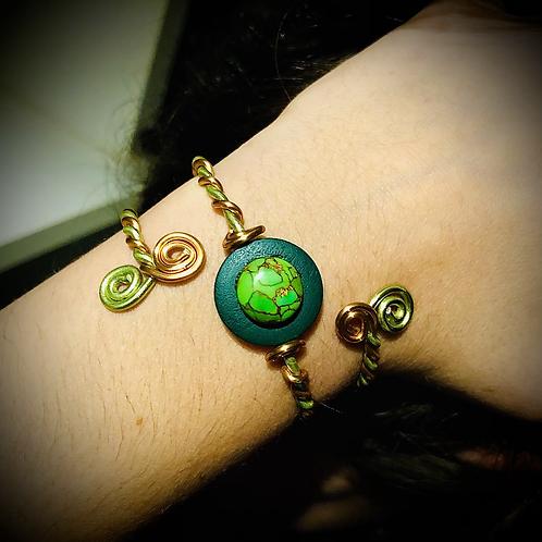 Bracelet artisanal en aluminium ionisé, bois et Pierre turquoise