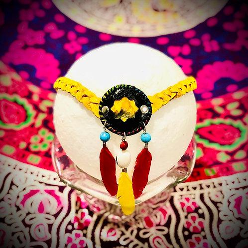 Collier artisanal tribal en cuir tressé jaune/noir avec Jaspe bourdon