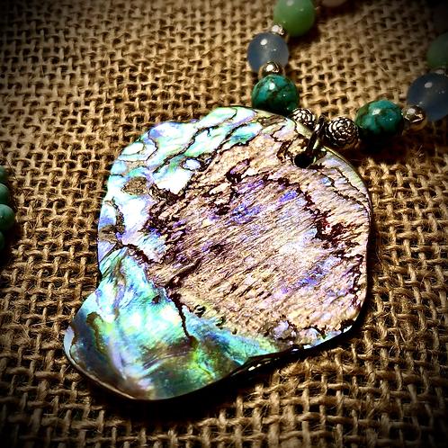Collier artisanal pendentif de Nacre, perles pierres naturelles variées