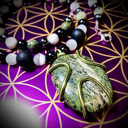 Collier pendentif Serpentines oeil d'argent, perles naturelles variées