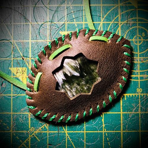 Collier artisanal en cuir et Seraphinite