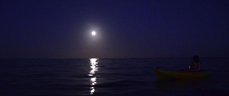 石垣島の海でカヌーから満月を望む