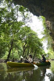 石垣島で琉球石灰岩の洞窟をカヌーで漕ぐ