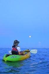 カヌーから見る、石垣島の東の海から満月