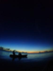 石垣島サンセットカヤック、夕焼け染まる島の空