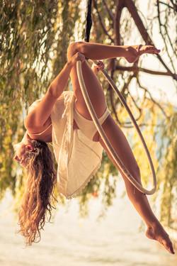 Aerial knee hang