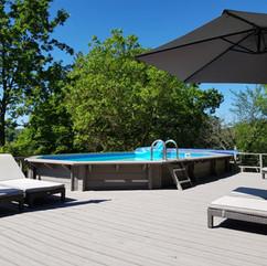 Zwembad en zonneterras