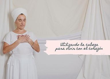 """Mujer vestida blanco y turbante con manos sobre el pecho y ojos cerrados. Slogan en imagen: """"Utilizando la cabeza para vivir con el corazón"""""""