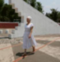 Mujer desfilando un vestido en entorno urbano