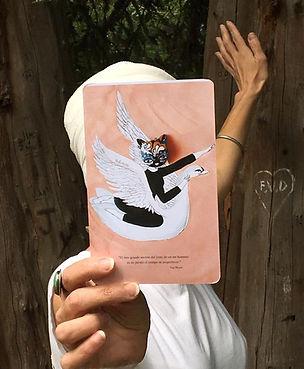 Mujer mostrando libreta rosa con ilustración producto de la tienda