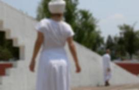 Mujer de espaldas ve a un hombre que se aleja