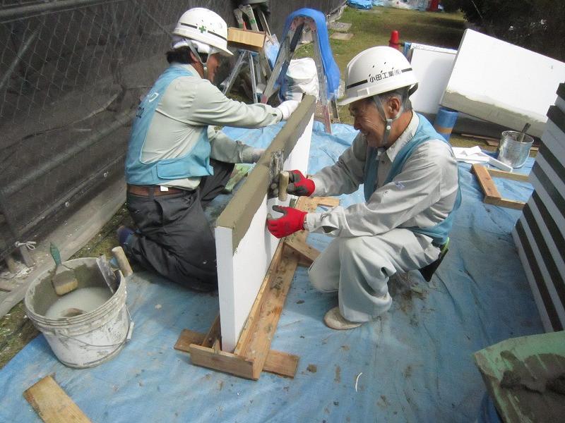竹山団地16-2の外断熱改修工事中の様子。白い発泡スチロールのようなものが断熱材