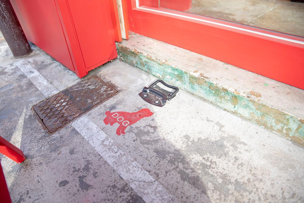 パンドマナの店前の犬のリードをつなぐ金具。