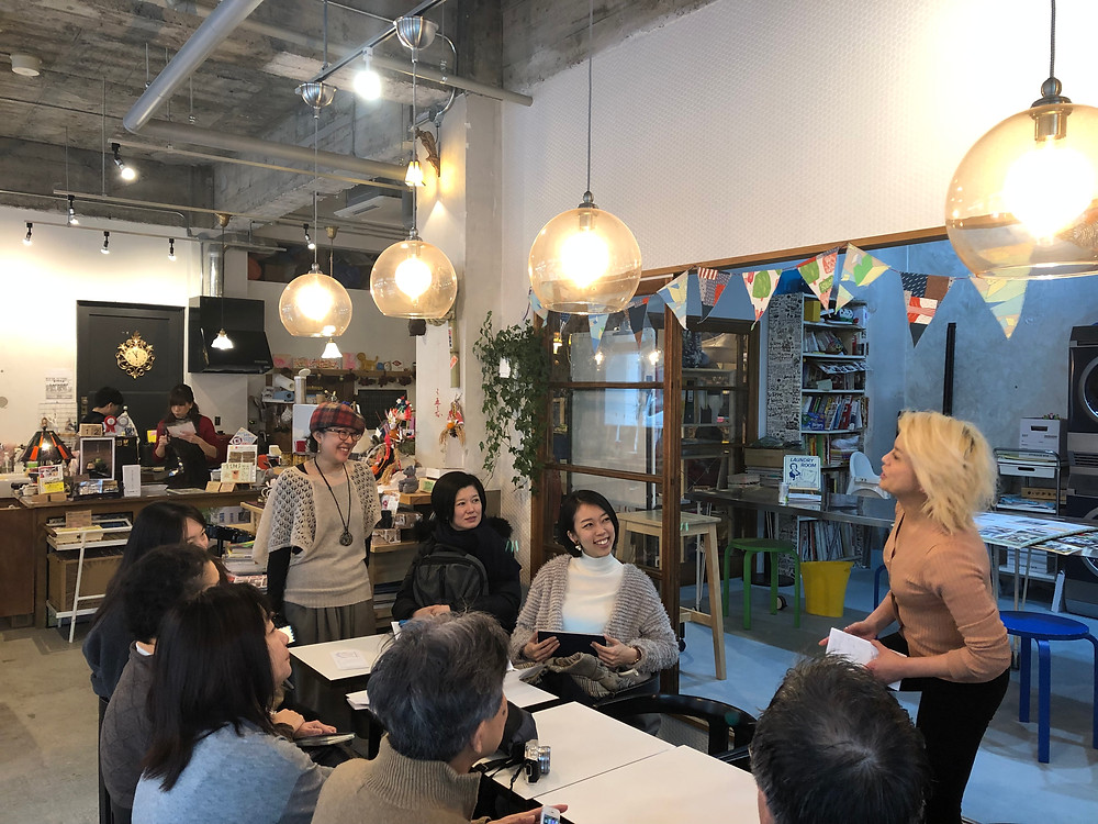 田中さんと話す、団地再生事業協同組合の村上亜希枝
