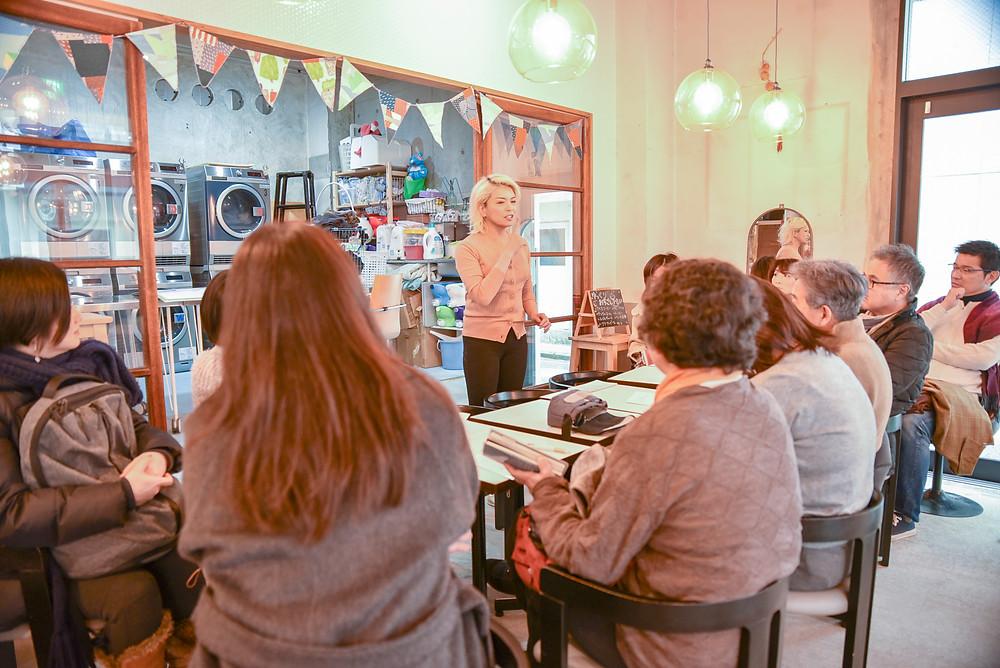団地女子会、団地再生事業協同組合のメンバーに、喫茶ランドリーについて一生懸命説明してくださる田中さん。