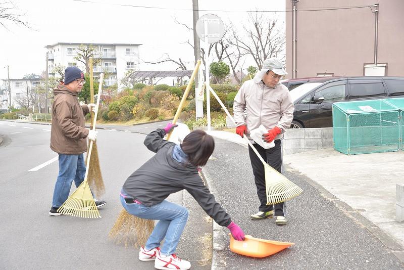 竹山団地16-2ブロックの美化活動の写真。竹山団地住民が集まって美化活動をしている。チームワークバッチリ