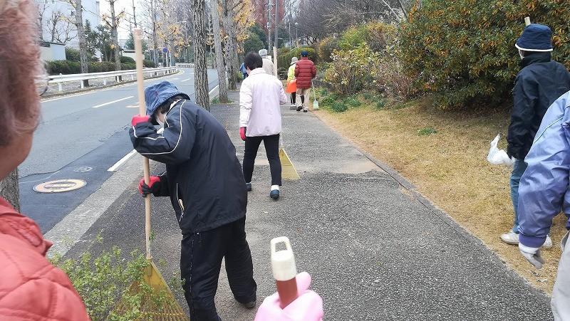 竹山団地16-2ブロックの美化活動の写真。竹山団地住民が美化活動を終えて帰っていく