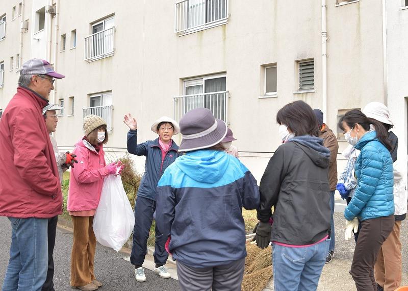竹山団地16-2ブロックの美化活動の写真。竹山団地住民が集まって美化活動の説明を受けている。