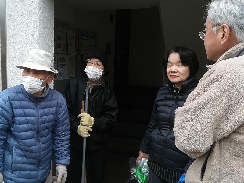 竹山団地16-2ブロックの美化活動の写真。竹山団地住民が美化活動終了後に集まって話している