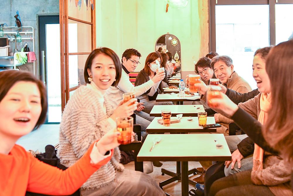 田中さんの説明後、カレーとビールですっかり喫茶ランドリーを満喫した、団地女子会と団地再生事業協同組合のメンバー