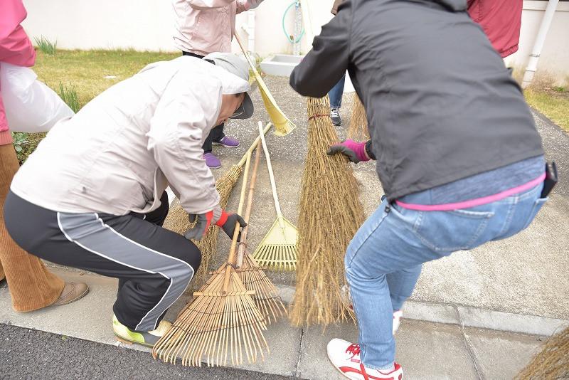 竹山団地16-2ブロックの美化活動の写真。竹山団地住民が集まって美化活動のためにホウキを取っている