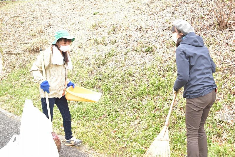 竹山団地16-2ブロックの美化活動の写真。竹山団地住民同士に自然と会話が生まれている