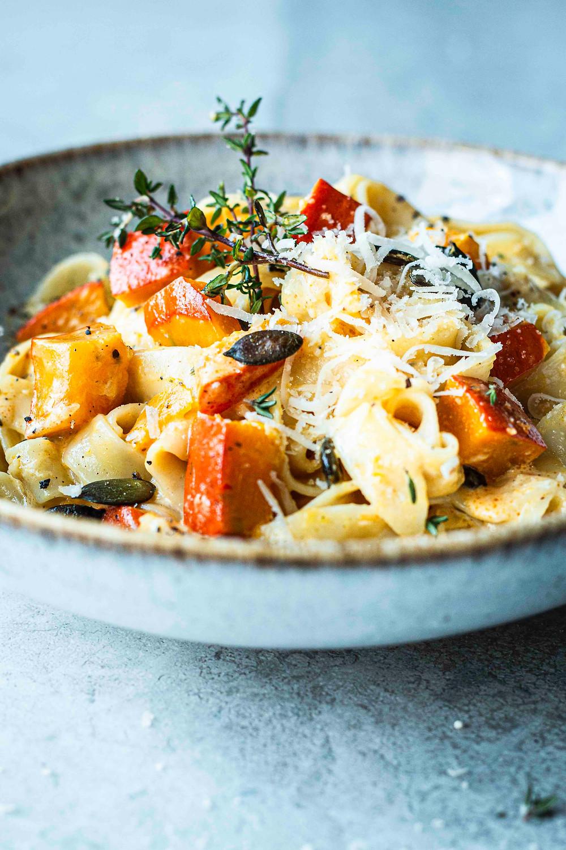 Dieses einfache KÜrbisrezept ist in nur 15 Minuten fertig und schmeckt jedem Nudel-Fan. Ein Nudelgericht mit cremiger Sahnesoße, fruchtigem Kürbis, aromatischem Thymian und knackigen Kürbiskernen – sooo gut – Musst du probieren! MOE'S QUICK & EASY FOOD – #pasta #rezept #schnellundeinfach #Kürbisrezept