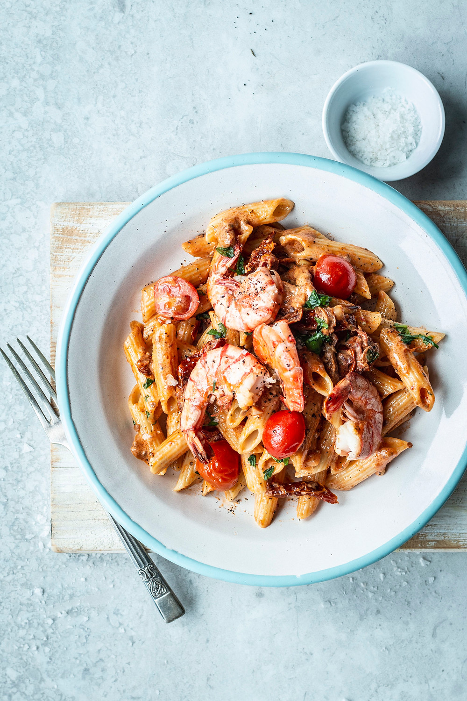 Dieses schnelle und einfache Pastagericht steht in nur 15 Minuten auf dem Tisch. Mit Garnelen, fruchtigen Tomaten und einer cremigen Sahnesoße ist dieses Nudel Gericht perfekt für deinen Feierabend! #rezept #feierabend #Garnelen #pasta #fisch #creamy #recipes