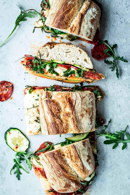 Big Sandwich italienische Art, ist super einfach und schnell zubereitet. Perfekt für Gäste und Pizza Liebhaber – so lecker! MOE'S QUICK & EASY FOOD BLOG  #pizza #sandwich #quickandeasy #schnell #ofengericht