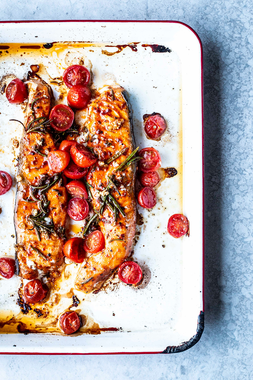Schneller Lachs aus dem Ofen, mit Paprika-Marinade und Tomaten. Das perfekte Feierabendessen. Volltreffer: So zart und würzig! Und auch noch super für die Figur  – MOE'S QUICK & EASY FOOD #lowcarb #lachs #schnell #einfach #ofenrezept