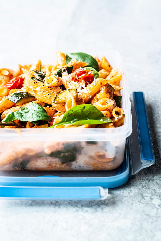 Sommerlicher Nudelsalat mit Zucchini, Spinat, Tomaten und Parmesan!   Perfekt für:  deinen Grillabend mit Freunden dein Office-Lunch deinen Ausflug ans Meer/See unterwegs