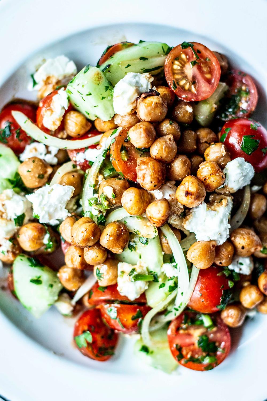 Dieser einfache Kichererbsensalat mit Feta ist in nur 15 Minuten fertig und sooo einfach zuzubereiten. Perfekt als Low Carb Gericht oder als schnelles Feierabend Gericht – MOE'S QUICK & EASY FOOD – #gesund #einfach #lowcarb #salat