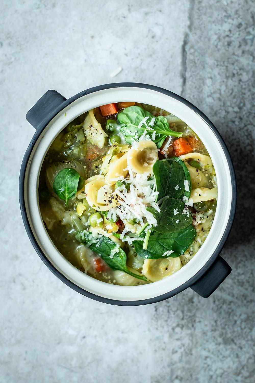 Einfache und schnelle Gemüsesuppe mit Nudeln und Spinat. Dieses Frühlings Rezept ist in nur 20 Minuten fertig. Mit viel Gemüse ist diese Suppe gesund und frisch.