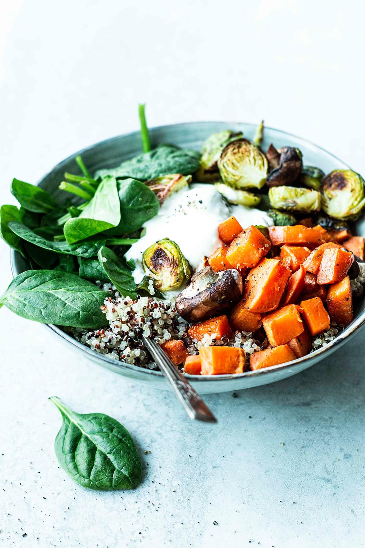 Dieses einfache Buddha Bowl Rezept ist vollgepackt mit Süßkartoffeln, Rosenkohl, Spinat und Pilzen. Mit einem leckeren Zitronen-Joghurt-Dressing wird die Bowl herrlich frisch und so lecker. In nur 25 Minuten fertig und perfekt für eine gesunde Ernährung – MOE'S QUICK & EASY FOOD – #gesund #bowl #vegetarisch #schnellesrezept