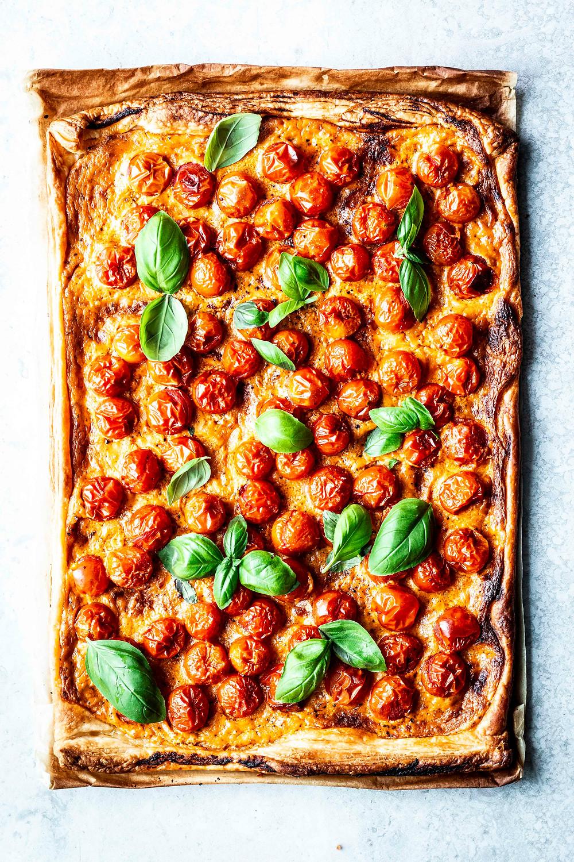 Dieses einfache Blätterteig Rezept ist die schnellste Pizza der Welt. Mit Pesto Creme, fruchtigen Tomaten und einem Hauch Basilikum gibt es Sommer pur aus dem Ofen. Perfekt für Gäste oder Familie – MOE'S QUICK & EASY FOOD – #pizza #sommerrezept #rezept #ofenrezept #tomaten