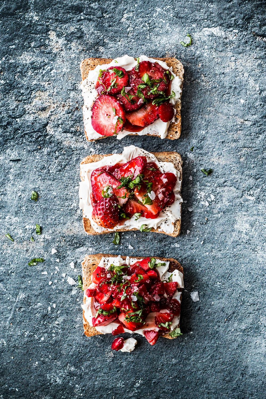 Dieses einfache und schnelle Erdbeerrezept ist die perfekte Beilage zum Grillen! Schnell, einfach und super lecker!- MOE'S QUICK & EASY FOOD #schnell #einfach #sommer #erdbeeren