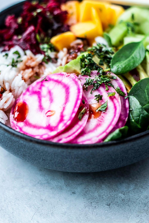 Dieses leckere Power Bowl Rezept ist super einfach, schnell fertig und unfassbar lecker: Power Bowl mit fruchtiger Mango, Spinat, Avocado und Rote Bete – MOESQUICKANDEASYFOOD Blog – #einfach #vitamine #healthy #bowl