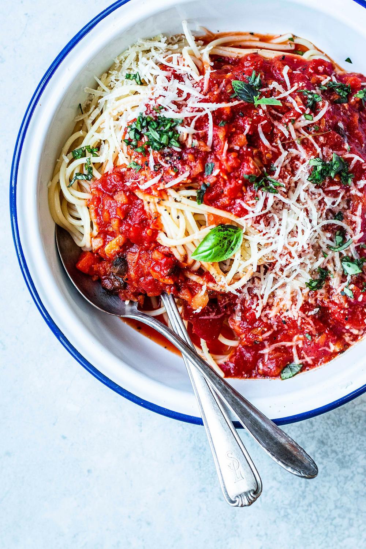 Dieses einfache Rezept für die beste vegetarische Bolognese ist in nur 25 Minuten fertig und glänzt mit ganz viel Geschmack. Dank Gemüse, Steinpilzen und Lorbeer wird es doppelt lecker – so verdammt gut! MOE'S QUICK & EASY FOOD #veggie #vegetarisch #bolognese #quickandeasy