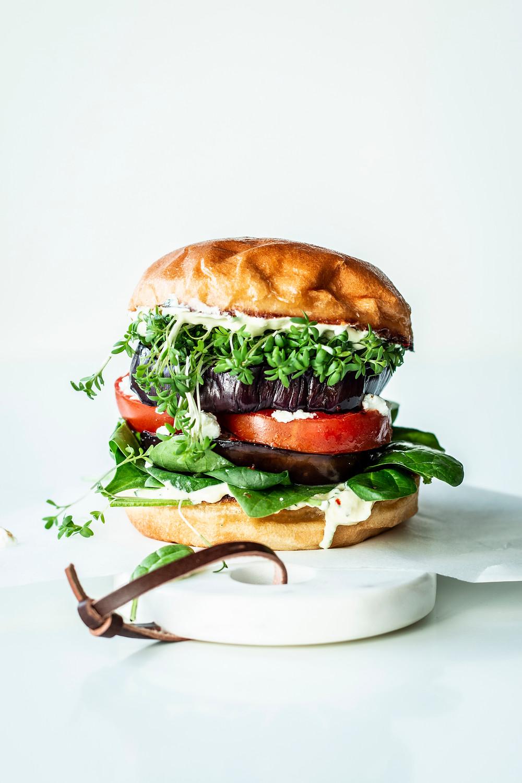 Vegetarischer Burger mit Tomate und Spinat. Dieses Rezept ist schnell und einfach zuzubereiten und eignet sich perfekt für die vegetarische Ernährung. Gesund, frisch und so lecker! #schnell #einfach #Rezept #Burger #vegetarisch