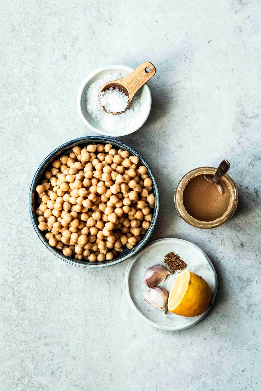 Dieses einfache und schnelle Hummus Rezept ist in nur 5 Minuten fertig und so lecker. Mit Tahini, Zitronensaft und Kreuzkümmel passt der orientalische Hummus perfekt zu Falafel, Gemüsesticks oder zum frischen Naan Brot. MOE'S QUICK & EASY FOOD – #hummus #rezept #vegan #dip #schnellerezepte