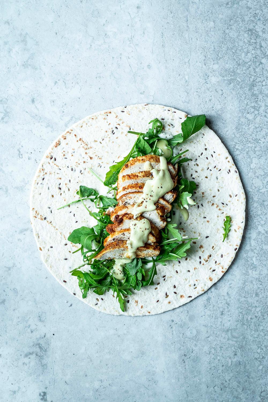 Wraps mit Curry-Hähnchen und Honig-Senf-Sauce ist schnell, einfach und super lecker! Alles was du für den perfekten schnellen Feierabend braucht! Zudem gesund und mit nur 5 Zutaten das Turbo-Rezept schlecht hin – MOE'S QUICK & EASY FOOD BLOG #schnell #einfach #healthy #gesund #wrap #hähnchen #honigsenf