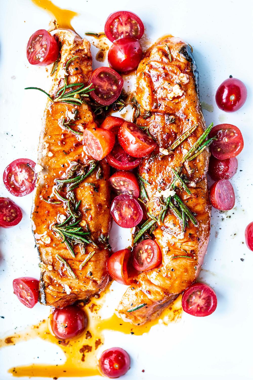 Schneller Lachs aus dem Ofen, mit Paprika-Marinade und Tomaten. Das perfekte Feierabendessen. Volltreffer: So zart und würzig!  – MOE'S QUICK & EASY FOOD #lowcarb #lachs #schnell #einfach #ofenrezept