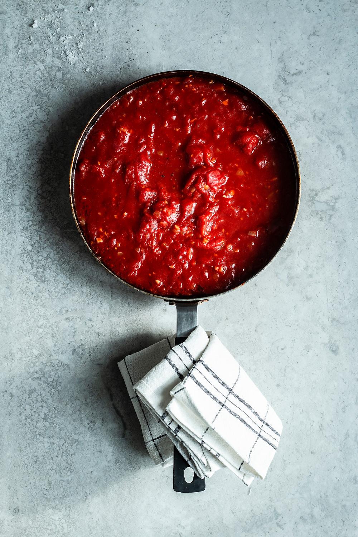 Tomatensoße selber machen. Dieses Feierabend Rezept ist in 15 Minuten fertig und ganz einfach selbstgemacht. Fruchtige Tomaten mit Knoblauch verbinden sich zu einer leckeren Soße für Nudeln oder zum Dippen. www.moes-quick-and-easy-food.com #rezept #feierabendrezept #schnell #Tomatensoße #selbstgemacht