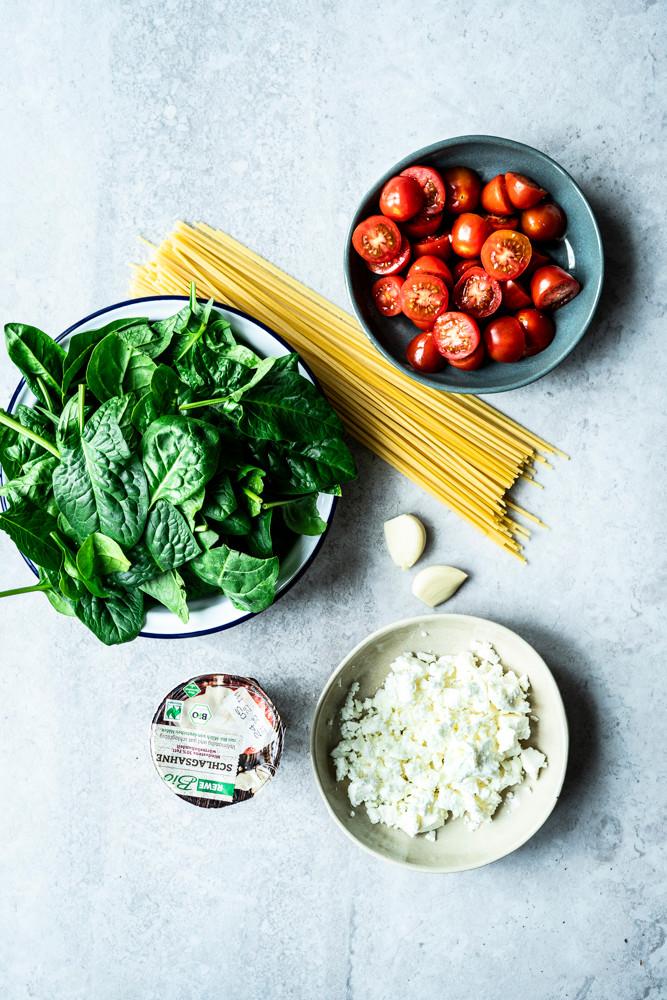 Dieses einfache und schnelle Nudelrezept mit Tomaten, Feta und Spinat ist in nur 10 Minuten fertig. Dieses Spaghettirezept ist cremig, würzig und fruchtig und sooo lecker. Perfekt für deinen schnellen Feierabend, die ganze Familie oder als Homeoffice Mittagessen – MOE'S QUICK & EASY FOOD #pasta #fetapasta #vegetarisch #pastarezept