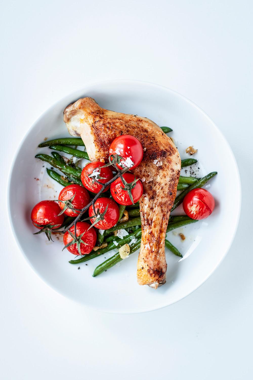 Super lecker, super knusprig und in nur 30 Minuten fertig – Hähnchenschenkel aus dem Ofen mit scharfer Marinade, Bohnen und Tomaten – besser geht's nicht! #chicken #rezept #ofenrezept #hähnchen #einfach #5zutaten #schnell