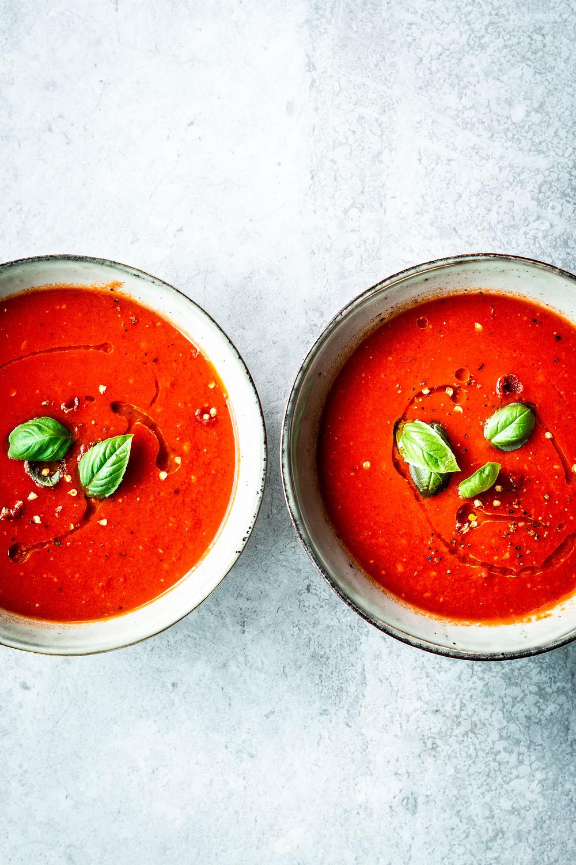 Diese einfache und schnelle Tomatensuppe ist in nur 10 Minuten fertig und perfekt für dein schnelles Mittagessen oder Abendessen. Mit Chili, Basilikum und Mandelmilch direkt was ganz Besonderes – also probieren! MOE'S QUICK & EASY FOOD #vegan #vegetarisch #schnell #gesund