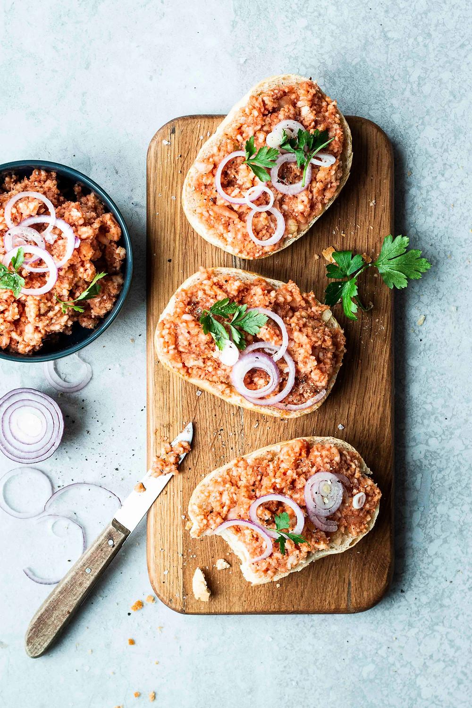 Dieses einfache und super schnelle vegane Mett aus Reiswaffeln ist in nur 5 Minuten fertig und sooo lecker. Der perfekte vegane Aufstrich für's Frühstück oder den Brunch mit Freunden. Eine pflanzliche Alternative des klassischen Zwiebel Metts und unfassbar ähnlich in Aussehen, Konsistenz und Geschmack – wirklich verblüffend! MOE'S QUICK & EASY FOOD – #vegan #fleischersatz #vegetarisch #aufstrich #frühstück