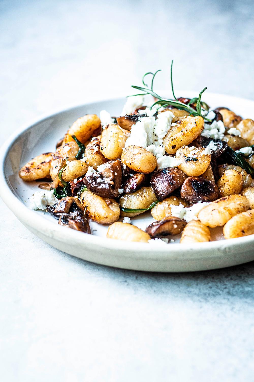Diese einfache und schnelle Gnocchi-Pfanne mit Spinat, Pilzen und cremigem Feta ist in nur 15 Minuten fertig und das perfekte Gnocchi Rezept für Jedermann. MOE'S QUICK & EASY FOOD #gnocchi #vegetarisch #pfannengericht #schnellundeinfach