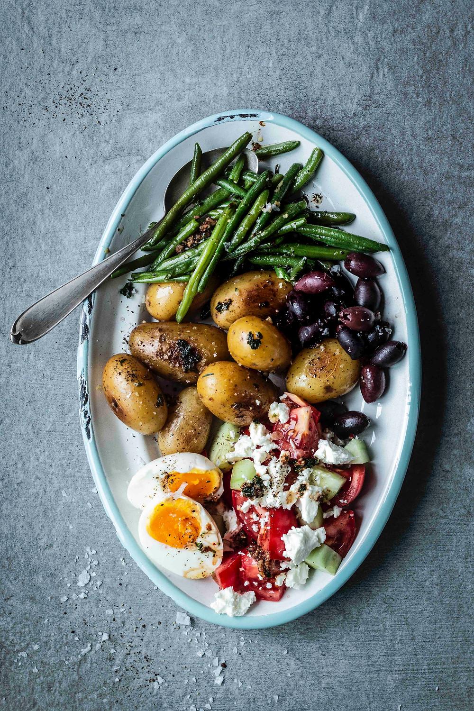 Diese einfachen italienischen Antipasti sind in nur 30 Minuten fertig und passen perfekt als Salatplatte zum Grillen. Bohnen in Knoblauchbutter, marinierte Kartoffeln, Oliven und ein kleiner griechischer Salat mit Feta. MOE'S QUICK & EASY FOOD. #vegetarisch #antipasti #grillen #salatideen #gesund