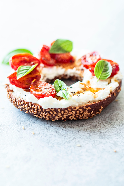 Diese einfache und schnelle Bagel Rezept ist perfekt für dein Frühstück. Cremiger Feta Aufstrich, warmer Bagel, kurz geschmorte Tomaten und Basilikum – sooo lecker! Das Beste daran: Nur 10 Minuten und du hast das beste Frühstück oder Brunch Rezepte – MOE'S QUICK & EASY FOOD #breakfast #frühstück #feta #vegetarisch frühstücksidee